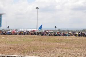 Warga Wisata di Bandara International Lombok